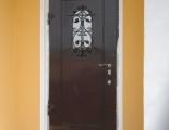 установленная металлическая дверь - фото