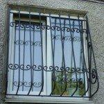 кованая решетка на окне - фотография